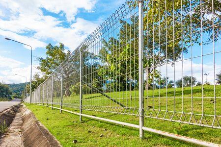 Fil de clôture métallique dans le jardin public