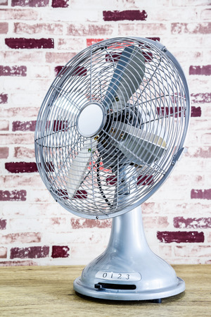 Vintage silver electric fan on the table Imagens