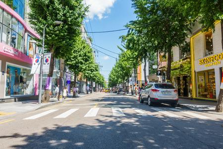 SEOUL, ZUID-KOREA - 26 mei 2017: Garosu-gil Straatsein, Garosugil is een trendy boomgaarde straat met veel cafés, bars, restaurants, winkels en kunst. Zeer populair bij mode-liefhebbers en zelfs beroemdheden.