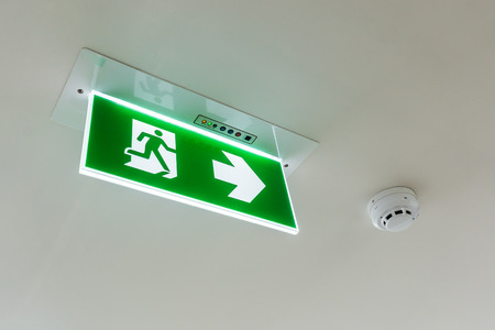 Fire exit sign and alarm for fire or smoke on the ceiling Standard-Bild