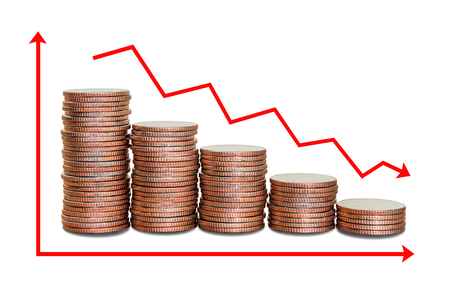 Czerwona strzałka w dół z tłem stosów monet, wykresy gospodarcze z krzywą w dół.
