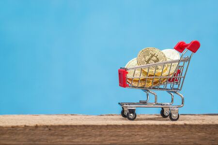 Shopping trolley cart with gold coins Bitcoin, Blockchain , cryptocurrencies investment security and strategy. Virtual cryptocurrency concept. Foto de archivo
