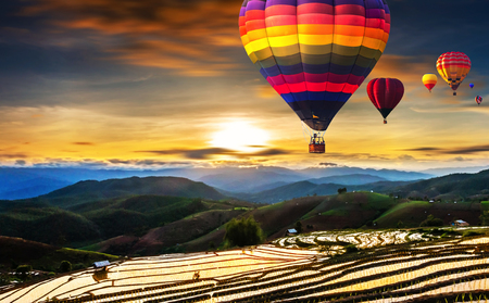 Colorful hot air balloons flying over Terraced Paddy Field in Mae-Jam Village , Chaing mai Province , Thailand. Banque d'images - 107492028
