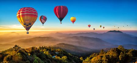 Bunte Heißluftballons fliegen über den Berg bei Dot Inthanon in Chiang Mai, Thailand.