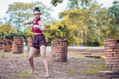 Muay thai, Asian woman Thai boxing, Thailand. Asia thai boxer muay thai with traditional hemp ropes. Imagens - 131127891
