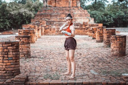 Muay thai, Asian woman Thai boxing ,Thailand. Asia thai boxer muay thai with traditional hemp ropes. Imagens - 131127977