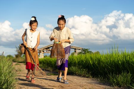 Asian children in rice fields with countryside background Imagens - 131127992