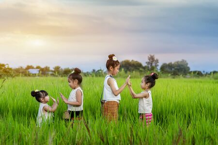 Asian children in rice fields with countryside background Imagens - 131128000