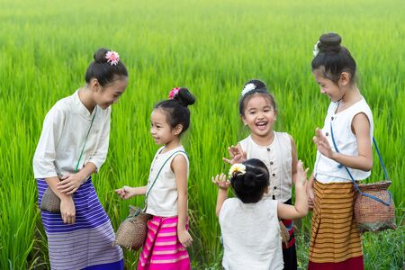 Asian children in rice fields with countryside background Imagens - 131128009