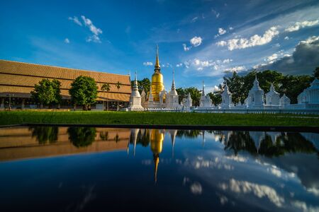Wat Suan Dok Temple with reflection, is a Buddhist temple and Royal Temple of the Third Class in Chiang Mai  Thailand. Landmark of Chiang mai. Imagens