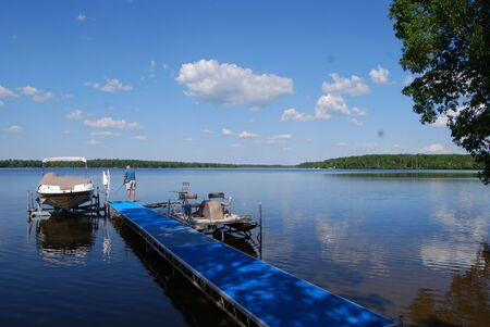 Vissen vanaf een dok op de perfecte zomerse dag op een rustige, vredige meren