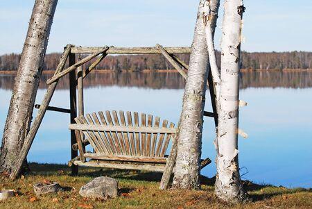 Houten swing door een kalme lake