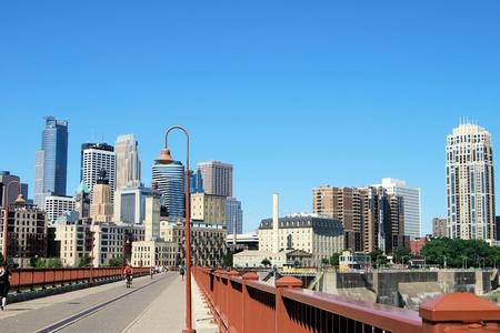 Minneapolis skyline vanaf de brug stonearch Stockfoto