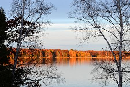 rustige herfst meer scène in het noorden van Minnesota Stockfoto