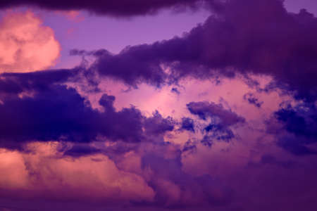 Gorgeous dramatic sunset sky with pink and purple clouds. Abstract nature background 免版税图像 - 159472550