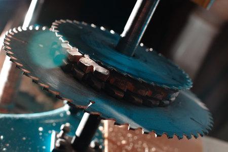 Sharp circular saw blades close up. Dangerous machine in the carpentry shop. 免版税图像