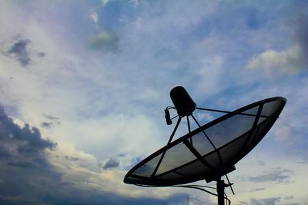 朝の空の衛星放送受信アンテナ