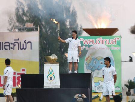 educacion fisica: Chonburi, Tailandia - 11 de enero: Pimsiri Sirikaew de Tailandia relevo de la antorcha para los Juegos de la 40 � Universidad de Tailandia en el Instituto de Educaci�n F�sica el 11 de enero de 2013 en Chonburi, Tailandia Editorial
