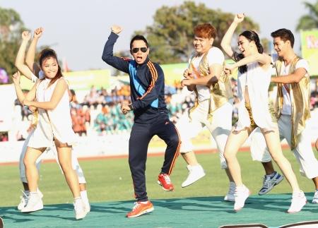 educacion fisica: Chonburi, Tailandia - 11 de enero: Somjit Jongjohor el aficionado boxeador tailand�s danza estilo de Gangnam en Tailandia 40o Juegos Universitarios en el Instituto de Educaci�n F�sica el 11 de enero de 2013 en Chonburi, Tailandia Editorial