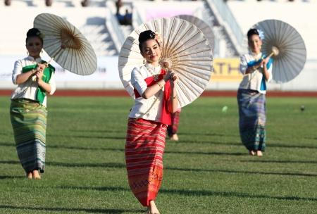 educacion fisica: Chonburi, Tailandia - 11 de enero: Unidentified hermosa en la seda tailandesa en Tailandia 40o Juegos Universitarios en el Instituto de educaci�n f�sica campamento chonburi el 11 de enero de 2013 en Chonburi, Tailandia