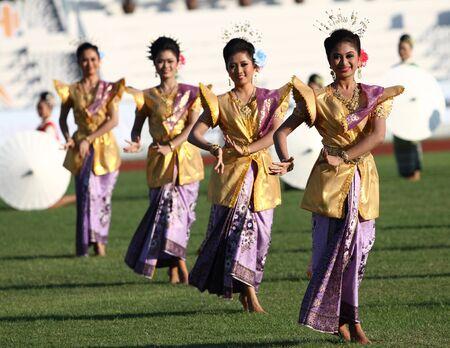 """educacion fisica: Chonburi, Tailandia - 11 de enero: Unidentified hermoso en acci�n durante la """"40a Juegos de Tailandia University"""" en el Instituto de educaci�n f�sica campamento chonburi el 11 de enero de 2013 en Chonburi, Tailandia Editorial"""