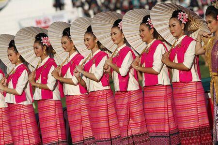 educacion fisica: CHONBURI, TAILANDIA-JAN 11: Unidentified hermosa en la seda tailandesa en Tailandia 40o Juegos Universitarios en el Instituto de educaci�n f�sica campamento chonburi el 11 de enero de 2013 en Chonburi, Tailandia