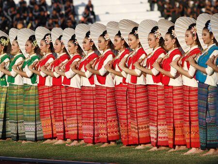 educacion fisica: Foto de archivo: Chonburi, Tailandia - 11 de enero: Unidentified hermosa en la seda tailandesa en Tailandia 40o Juegos Universitarios en el Instituto de educaci�n f�sica campamento chonburi el 11 de enero de 2013 en Chonburi, Tailandia Editorial
