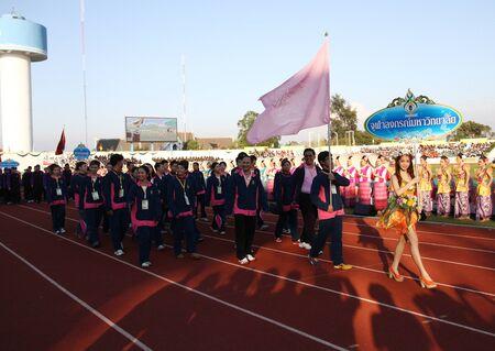educacion fisica: Chonburi, Tailandia - 11 de enero: Unidentified hermoso con un cartel de la Universidad de Chulalongkorn en Tailandia Juegos Universitarios en el Instituto de Educaci�n F�sica el 11 de enero de 2013 en Chonburi, Tailandia Editorial