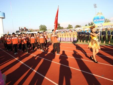 educacion fisica: Chonburi, Tailandia - 11 de enero: Unidentified hermoso con un cartel de Khon Kaen en Tailandia Juegos Universitarios en el Instituto de Educaci�n F�sica el 11 de enero de 2013 en Chonburi, Tailandia