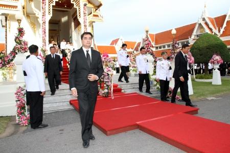 atender: BANGKOK - 26 DE MAYO Abhisit Vejjajiva 27 Tailandia primer ministro asisti� al funeral Chumphon Sinlapa-a-cha en Thepsirin templo el 26 de mayo de 2013 en Bangkok, Tailandia Editorial