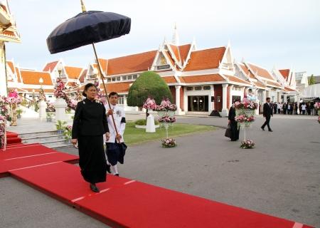 atender: BANGKOK - 26 de mayo Alteza Real la Princesa Maha Chakri Sirindhorn asistir al funeral Chumphon Sinlapa-a-cha en Thepsirin templo el 26 de mayo de 2013, de Bangkok, Tailandia