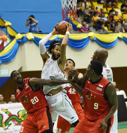 chris: BANGKOK, Tailandia - 23 de julio Chris Charles de Hitech Bangkok City en acci�n durante la ASEAN Liga de Baloncesto 2104 en el Complejo Sport Tailandia y el Jap�n el 23 de julio de 2014 en Bangkok, Tailandia Editorial