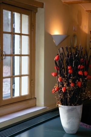 decorando: Decoraci�n en frente del antiguo edificio en la ventana Foto de archivo