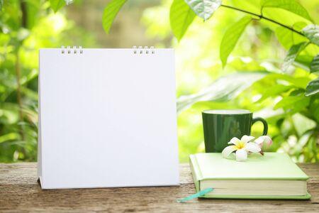 Le café et le calendrier vide Banque d'images - 41604173