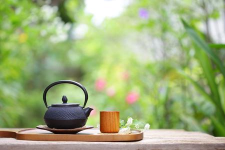 Tetera y taza vintage negro en el exterior Foto de archivo - 90306159