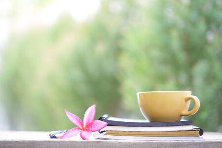 Tasse de café jaune avec fleur et ordinateur portable sur la table en bois Banque d'images - 93018024