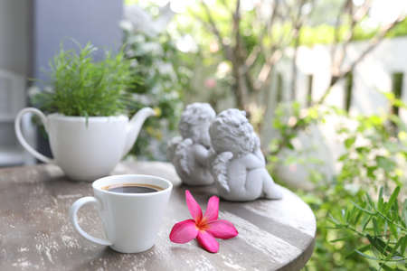 Coffee with pink plumeria flower and plant on wooden table  at exterior Banque d'images - 157095836