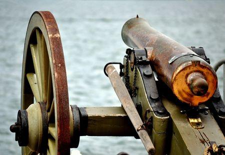 Un cañón de Guerra Civil, protegiendo el puerto. Foto de archivo