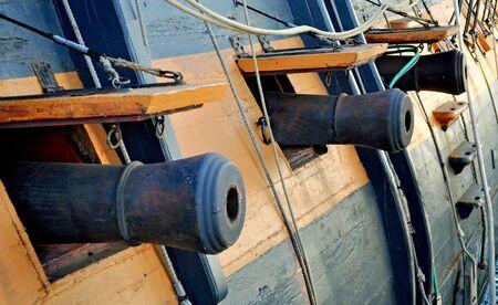 gun shell: Antiguos ca�ones navales de cubierta Foto de archivo