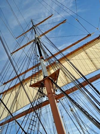 De Mast en tuigage van een lang zeilschip. Stockfoto