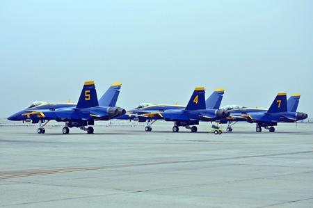 airpower: San Diego, in California, 10 ottobre 2010: Blue Angels FA-18 Hornets, in attesa di effettuare a Miramar Air Show Editoriali