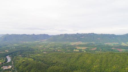 깐 차나 부리 주, 태국. 마을과 Khwae Yai 강 근처의 숲.