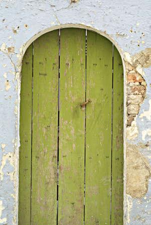 puerta verde: Old puerta verde y la pared azul degradado