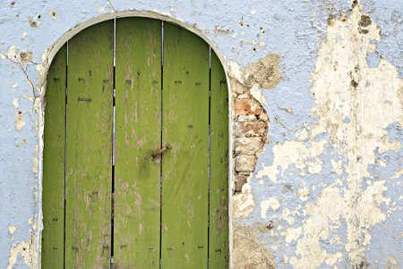 puerta verde: Viejo verde puerta y la pared azul degradado Foto de archivo