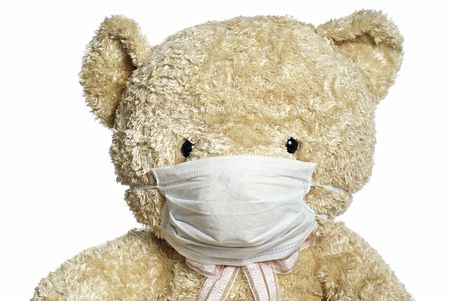 medical mask: M�dico m�scara sobre oso de peluche retrato con fondo blanco Foto de archivo