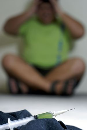 druggie: Asiatici tossicodipendente in difficolt� e la siringa in primo piano Archivio Fotografico