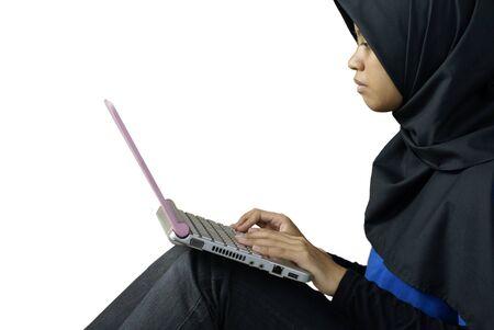 mujeres musulmanas: Grave dama Asia musulmana con port�til