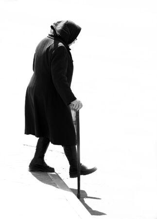 cansancio: Una silueta de una mujer anciana vestida de negro cesar Foto de archivo