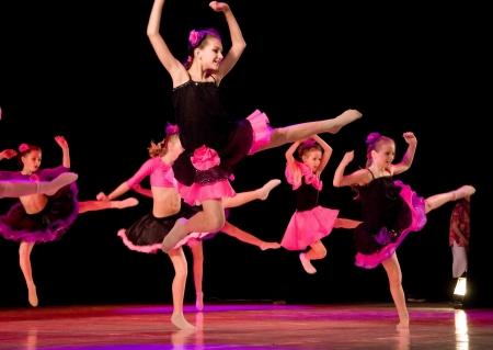 modern dance: Schul-Theater des modernen Tanzes Potoki, Dnepropetrovsk, Ukraine - Februar 2011, Winter Entertainment (Faces). Sport Boys und Teenager-Klasse f�hren Zusammensetzung Frankreich