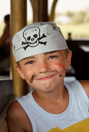 sombrero pirata: Retrato de joven pirata en barco de piratas